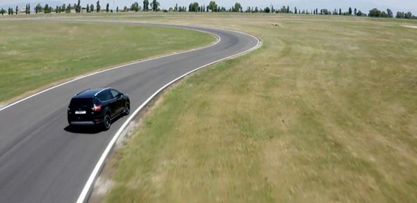 ADAC all season banden test onder de Ford Kuga op droog wegdek