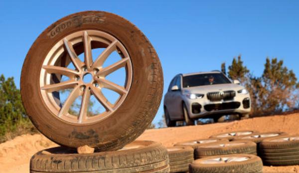 Vergelijkende 4WD en SUV zomerbandentest: Auto Bild test de banden in de modder onder de BMW X5