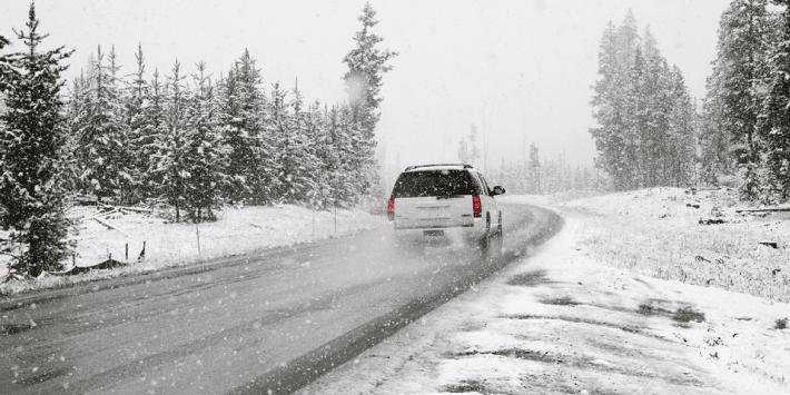 Auto op de weg in de winter