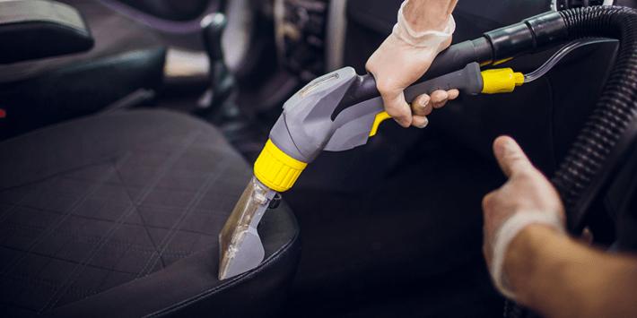 Het grondig reinigen van stoelen en matten helpt je auto goed schoon te houden