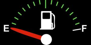 Het benzinepomp symbool geeft de plaats van de tankklep aan
