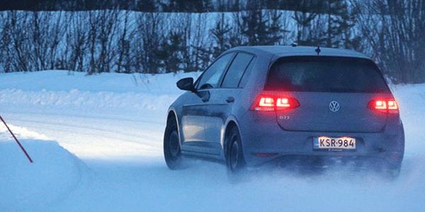 Winterbandentest op sneeuw: ADAC en TCS voeren een vergelijkende test uit van de beste winterbanden voor compacte auto's